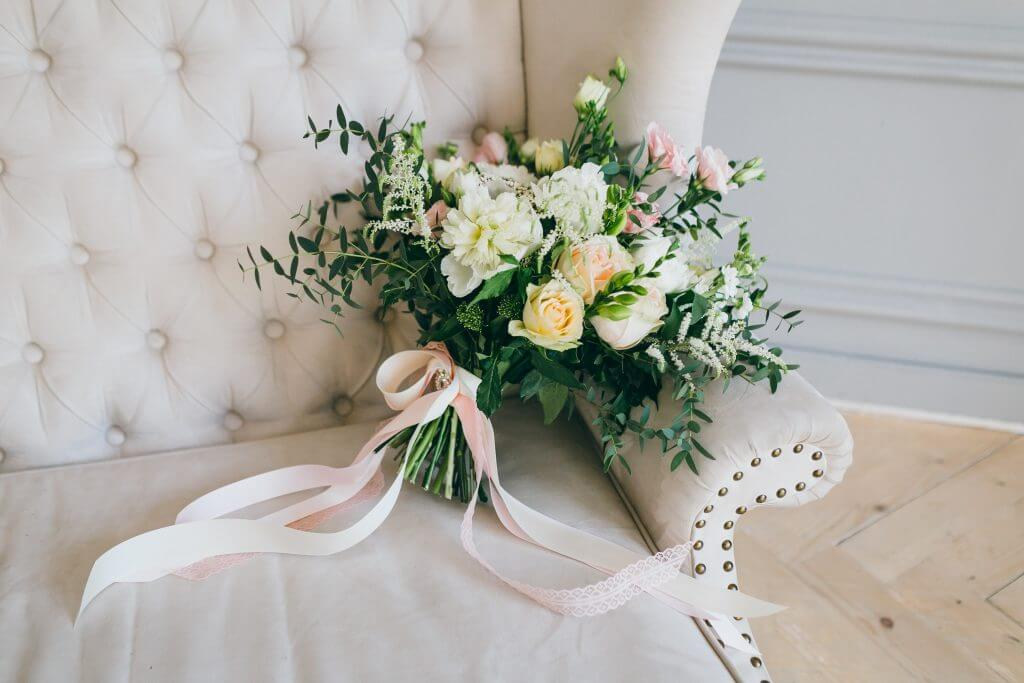 roses lisianthus ribbon bouquet