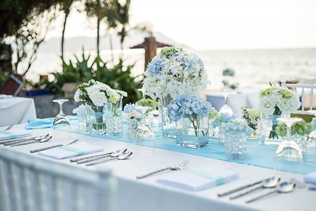 light blue white hydrangea table decoration